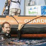Occhiali da sole per salvare il mare. La plastica da rifiuto diventa risorsa - La Nazione